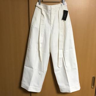 ザラ(ZARA)の【未使用タグ付】ZARA ベルト付 白ワイドパンツ(カジュアルパンツ)