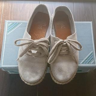 コンジェペイエアデュートリステス(conges payes ADIEU TRISTESSE)のスエードシューズ ナチュラル系(ローファー/革靴)