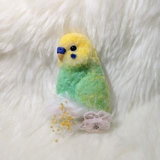 羊毛フェルト ブローチ エメラルドグリーン×黄色(コサージュ/ブローチ)