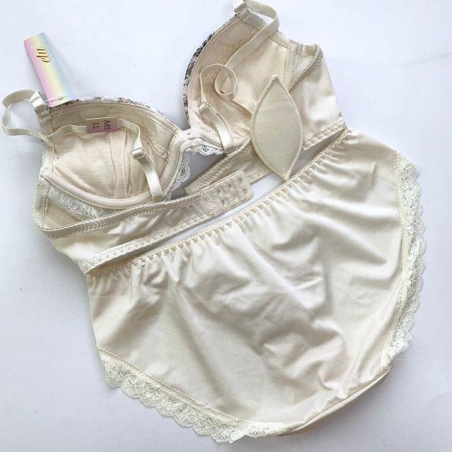 C80L♡バーベル白♪ブラ&ショーツ 大きいサイズ レディースの下着/アンダーウェア(ブラ&ショーツセット)の商品写真
