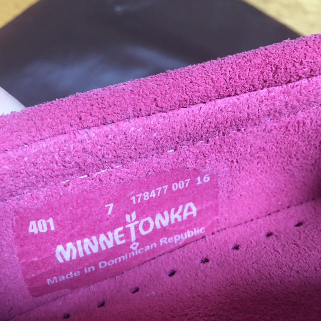 Minnetonka(ミネトンカ)のミネトンカ  モカシン ピンク レディースの靴/シューズ(スリッポン/モカシン)の商品写真