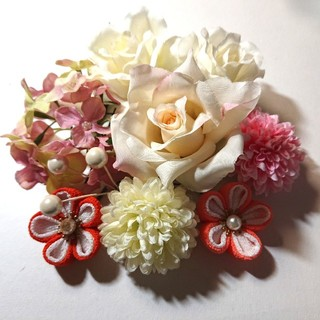 ~髪飾り~優しいお色のお花たち(淡いピンクバラと白バラ×2)  つまみ細工(ヘアアクセサリー)