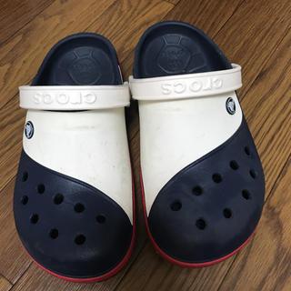 クロックス(crocs)のクロックス サンダル 紺 白 メンズ レディース 靴 23 24 25(サンダル)