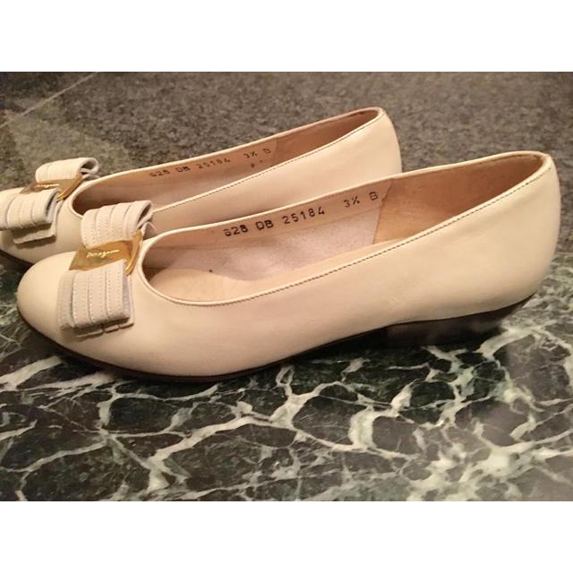 Ferragamo(フェラガモ)のフェラガモ  ヴァラ リボン 3 1/2 20.5 21 ホワイト アイボリー レディースの靴/シューズ(ハイヒール/パンプス)の商品写真