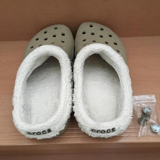 crocs(クロックス)の冬用モコモコクロックスベージュ23cm レディースの靴/シューズ(サンダル)の商品写真