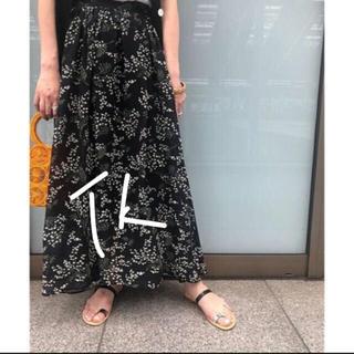 イエナ(IENA)のSLOBE IENA ミモザ柄ギャザーロングスカート 黒■(ロングスカート)