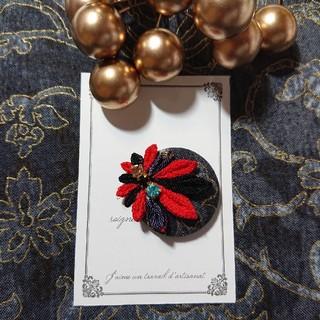 【帯留め】  黒&赤 くるみボタンの帯留め(つまみ細工)(和装小物)