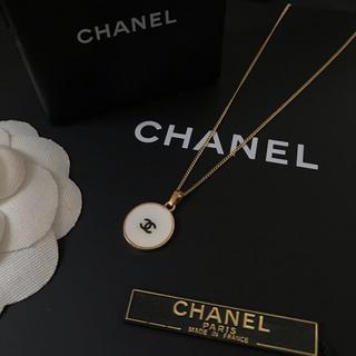 CHANEL - CHANEL ノベルティ ブラックロゴ ネックレス(ホワイト)