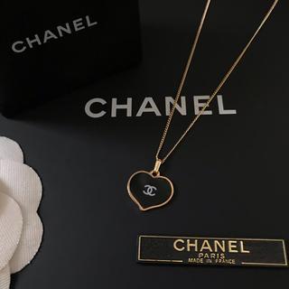 CHANEL - CHANEL ノベルティ ハート ホワイトロゴ ネックレス(ブラック)