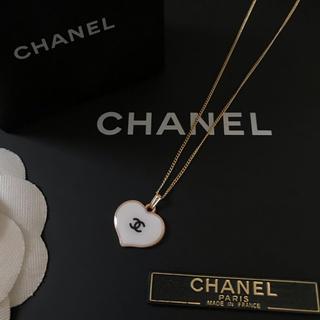 CHANEL - CHANEL ノベルティ ハート ブラックロゴ ネックレス(ホワイト)