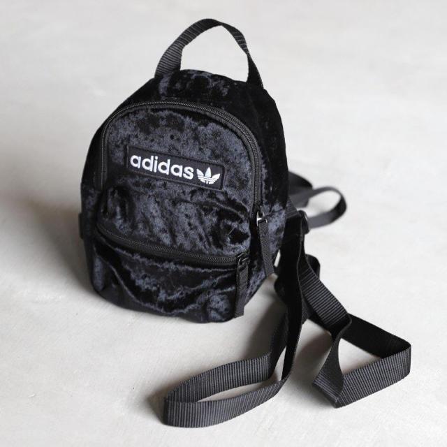 adidas(アディダス)の黒 ベルベット ミニリュック   レディースのバッグ(リュック/バックパック)の商品写真