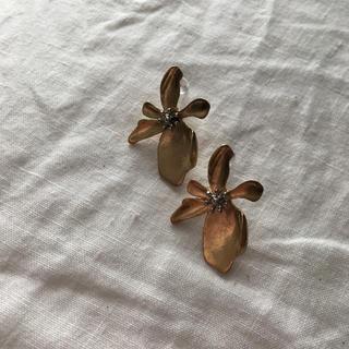 ユナイテッドアローズ(UNITED ARROWS)のmatt gold フラワーモチーフピアス(ピアス)