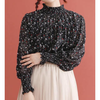merlot - 新品・未使用 merlot ギャザー スタンドカラー 花柄 ブラウス ブラック