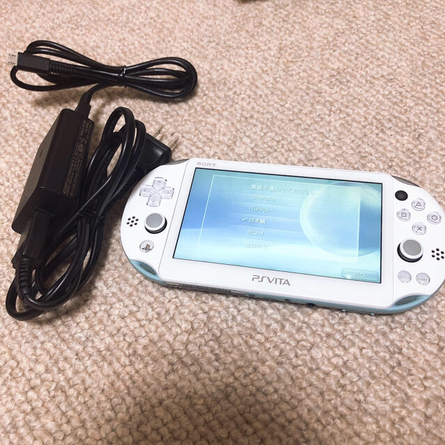 PlayStation Vita(プレイステーションヴィータ)のpsvita 本体 2000 +充電器 8GB エンタメ/ホビーのゲームソフト/ゲーム機本体(携帯用ゲーム機本体)の商品写真