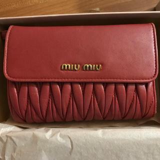 ミュウミュウ(miumiu)の美品 ミュウミュウ miumiu ナッパ レザー マテラッセ 折りたたみ財布 (財布)