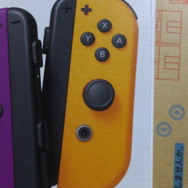 Nintendo Switch(ニンテンドースイッチ)の新型? Joy-Con (R)ネオンオレンジ Joy-conストラップ黒 右 エンタメ/ホビーのゲームソフト/ゲーム機本体(家庭用ゲーム機本体)の商品写真