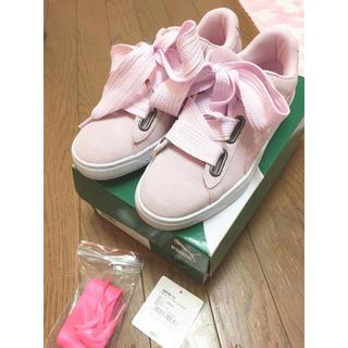 プーマ(PUMA)のPUMA スニーカー スウェードハート ピンク リボン 靴紐 (スニーカー)