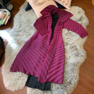 プリーツプリーズイッセイミヤケ(PLEATS PLEASE ISSEY MIYAKE)の専用 イッセイミヤケコレクションライン ピンクワイン色の美しいロングコート(ロングコート)
