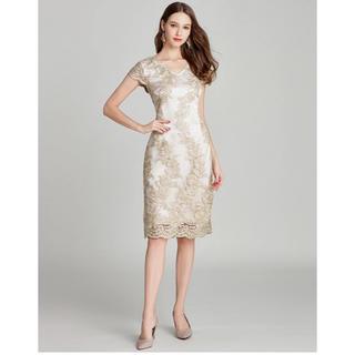 グレースコンチネンタル(GRACE CONTINENTAL)のオフホワイト サテン生地 ゴールド刺繍 膝丈タイトドレス(ミディアムドレス)