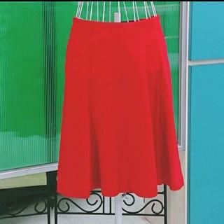 ユニクロ(UNIQLO)の[美品] UNIQLO ユニクロ 真っ赤なストレッチ フレアー スカート(ひざ丈スカート)