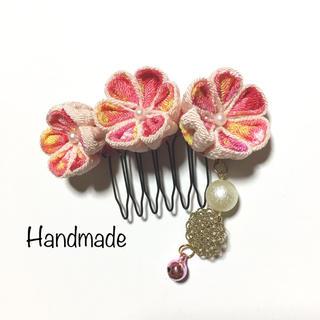 つまみ細工 ピンクのお花の髪飾り コーム パールと鈴のチャーム付き