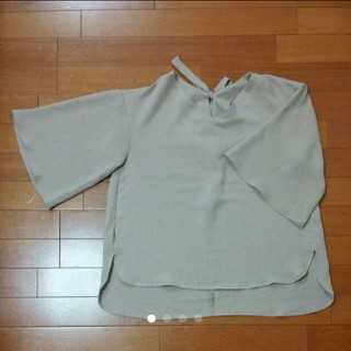 ジーユー(GU)のGU・ベージュのブラウス(シャツ/ブラウス(半袖/袖なし))