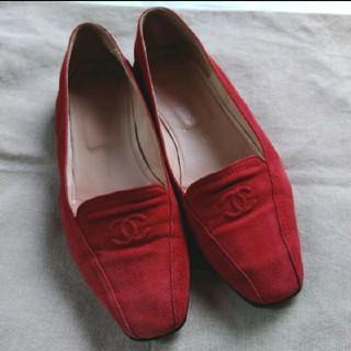 シャネル(CHANEL)のCHANEL 赤スウェード ココマーク ローファー(ローファー/革靴)