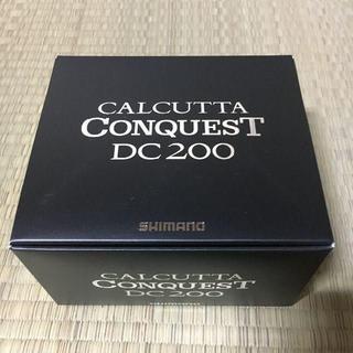 シマノ(SHIMANO)の≪新品・送料無料≫ シマノ カルカッタコンクエスト DC 200 右(リール)