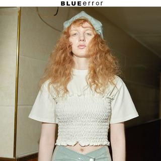 トゥモローランド(TOMORROWLAND)のBLUEerror ホワイトTシャツ ショート丈      (Tシャツ(半袖/袖なし))