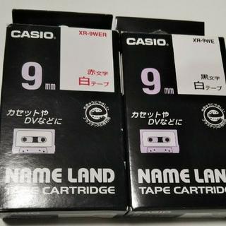 カシオ(CASIO)のCASIO ネームランド 9mm 2個(赤1.黒1文字) 白テープ  (テープ/マスキングテープ)