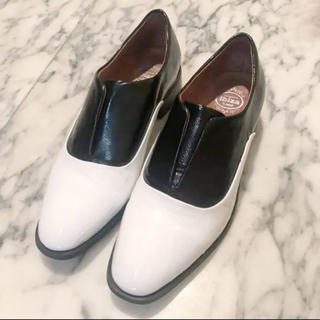 ジェフリーキャンベル(JEFFREY CAMPBELL)のJEFFREY CAMBELL ブラックホワイト コンビ ローファー 38 美品(ローファー/革靴)