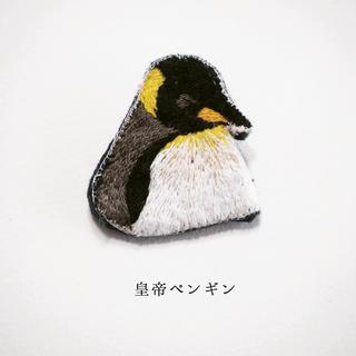 居眠り皇帝ペンギン刺繍ブローチ 【受注制作】(コサージュ/ブローチ)