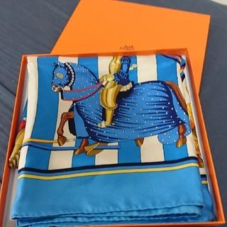 エルメス(Hermes)のクリスマス限定値引24日まで 新品未使用 エルメスカレ90 レア「羽飾りの激突」(スカーフ)
