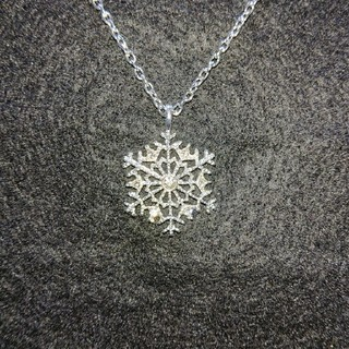 キラキラ輝く雪の結晶ペンダント、ネックレスの長さ50cm+5cm(ネックレス)
