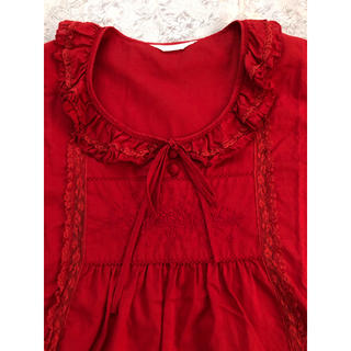 ピンクハウス(PINK HOUSE)のピンクハウス  胸元にバラ🌹刺繍の深みのある赤ブラウス(シャツ/ブラウス(半袖/袖なし))