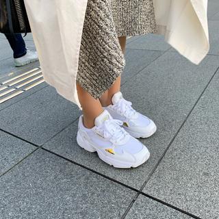 アディダス(adidas)のアディダス ファルコン 37.5 白ゴールド 美品 アディダスファルコン(スニーカー)