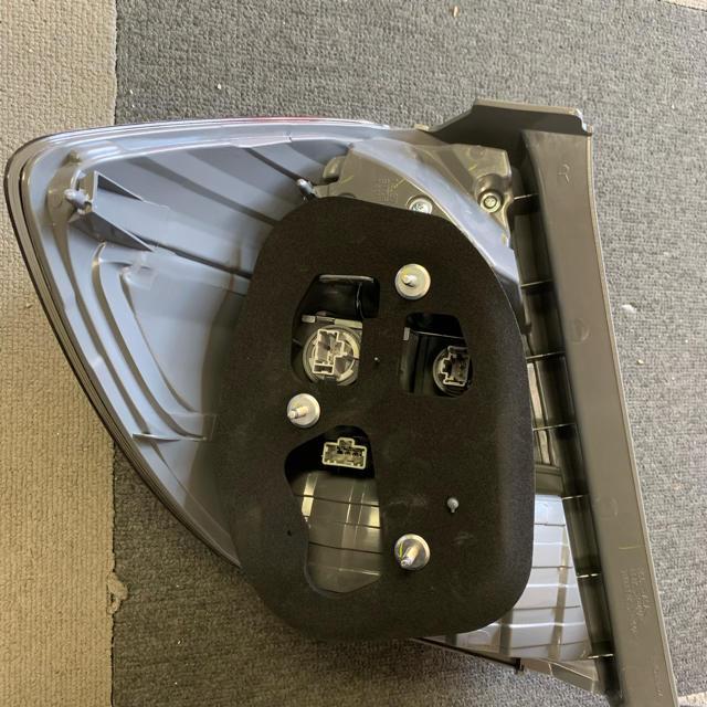 ホンダ(ホンダ)のフィットRS GE8 テールランプ スタンレーP9882 X 自動車/バイクの自動車(車種別パーツ)の商品写真