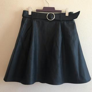 アベイル(Avail)のレザー調スカート ブラック レザー ベルト付き セクシー 美脚効果 フレアミニ (ミニスカート)