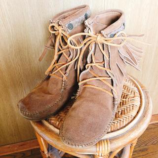 アースミュージックアンドエコロジー(earth music & ecology)のミネトンカ×earth フリンジ モカシン ブーツ 24.5cm(ブーツ)
