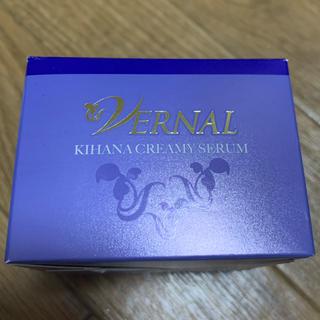 ヴァーナル(VERNAL)のヴァーナル キハナクリーミーセラム美容液30g 箱に難ありの為お安く(美容液)