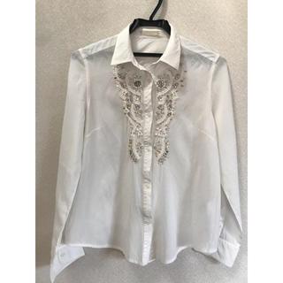 アーモワールカプリス(armoire caprice)の【larmoire de luxe】ビジュー付きシャツ(アイボリー)(シャツ/ブラウス(長袖/七分))