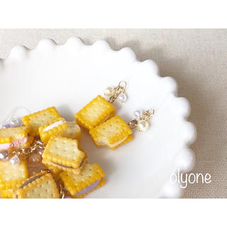 5種類 クリームサンドビスケット(レモン)のピアス(ピアス)