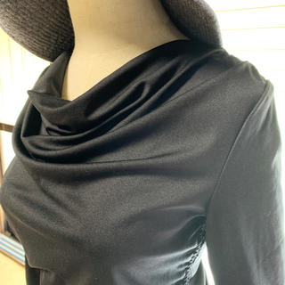 スリーシーズン着られる黒テロンとした素材のカットソー(カットソー(半袖/袖なし))