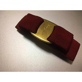 サルヴァトーレフェラガモ(Salvatore Ferragamo)のフェラガモ Salvatore ferrgamo バレッタ 赤×ゴールド リボン(バレッタ/ヘアクリップ)
