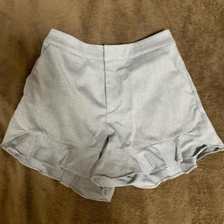 ジエンポリアム(THE EMPORIUM)のグレー裾フリルショートパンツ(ショートパンツ)