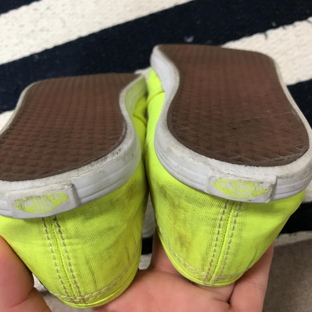 VANS(ヴァンズ)のVANS ネオンイエロースリッポン キッズ/ベビー/マタニティのキッズ靴/シューズ (15cm~)(スニーカー)の商品写真