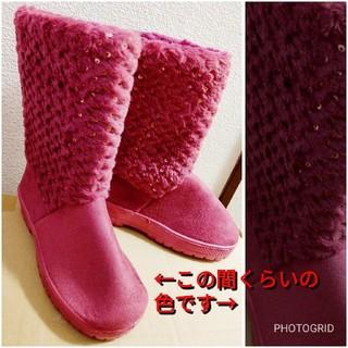 濃いピンクのムートンブーツ キラキラ チェシャネコのコスプレにも(ブーツ)