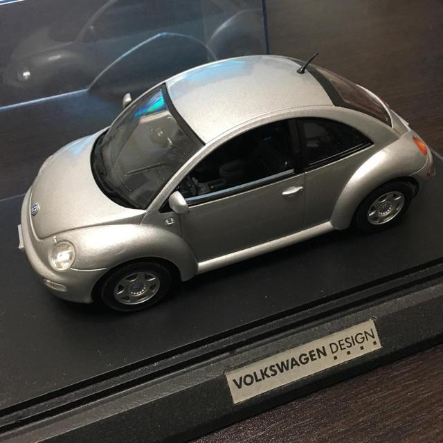 Volkswagen(フォルクスワーゲン)のVW ニュービートル 1/24 ミニカー 台座付き エンタメ/ホビーのおもちゃ/ぬいぐるみ(ミニカー)の商品写真