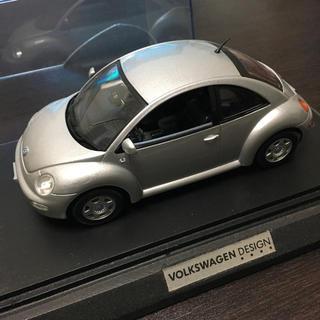 Volkswagen - VW ニュービートル 1/24 ミニカー 台座付き