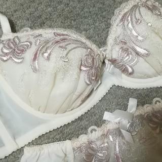 送料無料 ☆ C75サイズ ☆ ブラ&ショーツ リボン 刺繍 シンプル ベージュ(ブラ&ショーツセット)